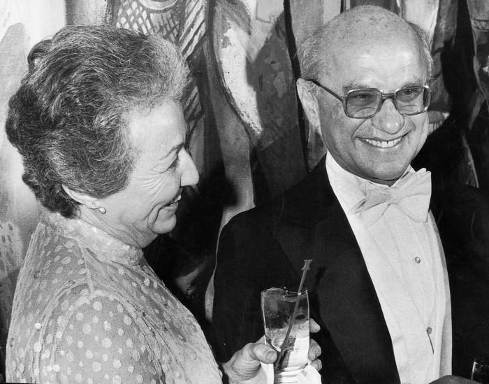 Milton Friedman và vợ ông Rose, được tổng thống George W. Bush vinh danh (tháng 5 năm 2002). Thời hoàng kim của nhà kinh tế học này bắt đầu từ những năm 70, với thắng lợi của chủ nghĩa trọng tiền và việc được trao giải thưởng vào năm 1976 của Ngân hàng Thụy Điển