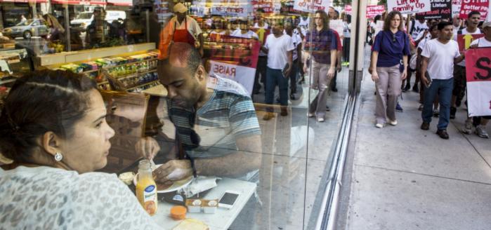 Nhân viên ngành thức ăn nhanh biểu tình đòi tăng lương, ở New York. ©MARK PETERSON/REDUX-REA