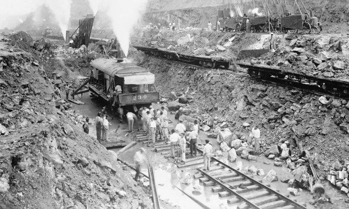 Các xe lửa hơi nước đào kênh của kênh đào Panama vào năm 1913. Hoa Kỳ đã hiện thực hóa nền độc lập của Panama để đảm bảo quyền sử dụng kênh đào. Ảnh: Alamy