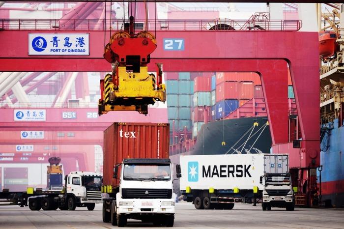 Xe tải chở container tại cảng Qingdao (Thanh Đảo), Trung Quốc, ngày 12 tháng 4 năm 2016. (Ảnh: Stringer/Imaginechina/via AFP)
