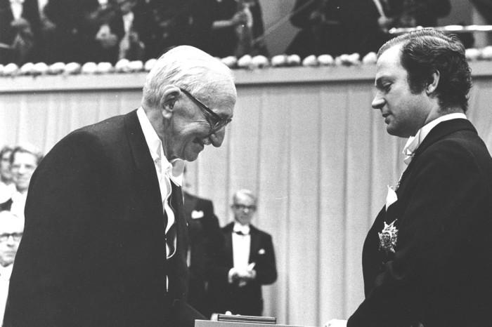 Friedrich Hayek, trái, nhận giải thưởng Nobel về Kinh tế học năm 1974.