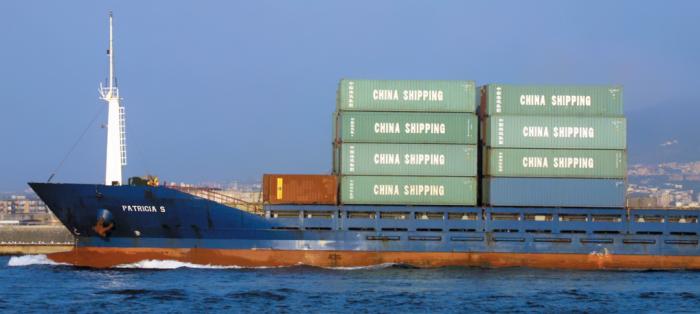 Cảng Naples (Italia). Liên minh châu Âu mạo hiểm lớn khi giảm bớt những ràng buộc về nhập khẩu của Trung Quốc. SUDFOTO - ROPI/RÉA