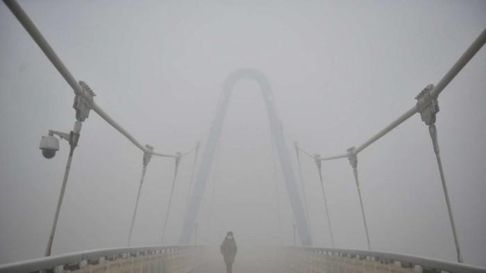 Trung Quốc đang trải qua một giai đoạn ô nhiễm không khí tồi tệ nhất trong năm (Ảnh: Reuters). Chụp lại ảnh bìa của tờ South China Morning Post, ngày 22/12/2016.