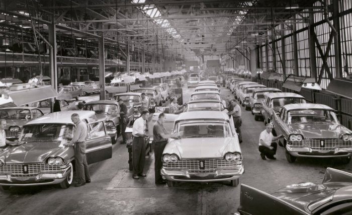 Năm 1959, kiểm tra lần cuối những chiếc xe hiệu Plymouth vào giai đoạn cuối của dây chuyền lắp ráp. Ảnh: Bettmann