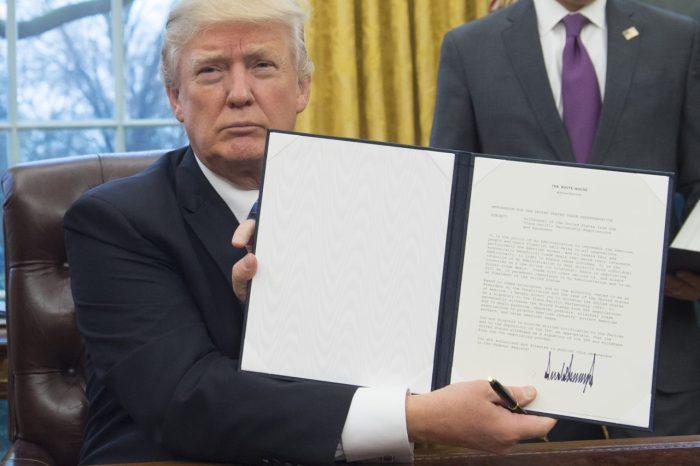 Tổng thống Mỹ Donald Trump giới thiệu sắc lệnh mà ông vừa ký để rút Hoa Kỳ khỏi hiệp định Đối tác Xuyên Thái Bình Dương, tại Phòng Bầu dục của Nhà Trắng ở Washington, ngày 23 tháng 1 năm 2017. (Ảnh: AFP PHOTO / SAUL LOEB)